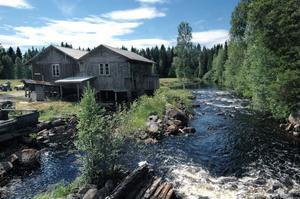 Vid stranden av Rossån i Långbo hittar man de här historiska byggnaderna som innehåller ett sågverk, en kvarn, ett linberedningsverk och en kraftstation från gången tid.