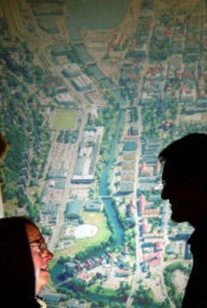 Området utmed Universitetsallén kommer att omfattas av den Stadsvision som kommunen ska ta fram. En konkret plan över hur olika områden i stan ska utvecklas tror K Lennart Andersson, stadsbyggnadsnämndens ordförande, och Anders Bolin, projektledare, underlättar profileringen av Sundsvalls i framtiden.