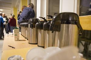 Kaffeåtgången var stor när flera hundra åhörare fyllde på kaffebehoven.