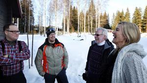 Jens Nilsson i rutig skjorta och Anders Lundin med skidglasögon deltog i kuppen att kidnappa svärfar Mats Ekström till höger.