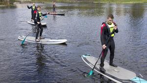 Marino Wallsten (S) tyckte om att åka paddleboard på kanalen, vilket kommer vara möjligt att göra i sommar. Bakom syns landshövdingen Håkan Wåhlstedt (andra från vänster).