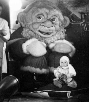 Under många år vakade en stor tomte över julhandeln på Konsumvaruhuset i Gävle. En del barn tyckte att han var lite otäck, men inte Marie Söderquist som poserar vid hans fötter 1956, inte ens ett år gammal.