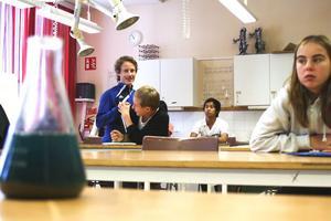 Klass 7C på Ede skola har NO (Naturorienterade ämnen) med läraren Eva Åström i kemisalen.