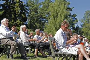 Bänkraderna fylldes upp av besökare som klappade i takt till allsång och fiolspel.