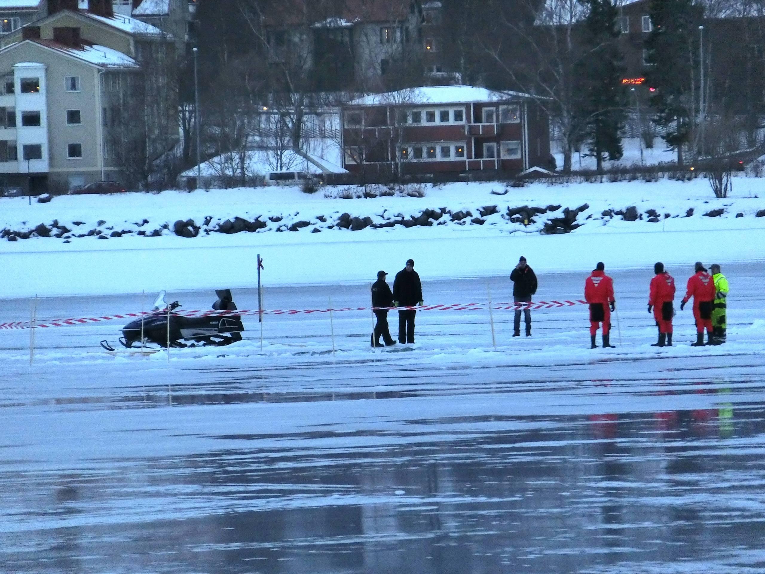 Korde traktor sjonk genom isen