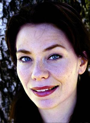 I kväll står Jämtlandsfödda Anna-Maria Hallgarn i kören bakom Malena Ernman.