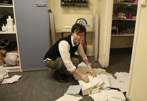 Ann Tapper, delägare till frisörsalongen Huvudjägarna i Ludvika, i förödelsen efter helgens inbrott.