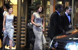 Madeleine på väg hem från förfesten på Grand Hotel.