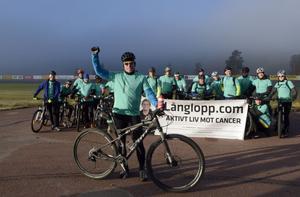 1Redo för start, det är Jörgen Claesson och hans kompisar som cyklar för cancerfonden och Långlopp.com.