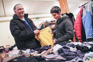Deniz Kamberi och hans pappa Nesidin kanske får användning nu för den svenska tröjan.