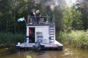 Magnus Hallgren och Johanna Ersson har ägt husbåten sedan i november.