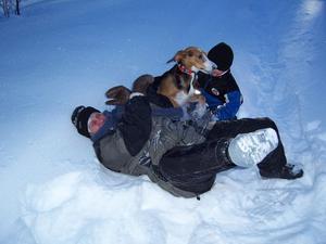 När 5 årige Adrian TjäderOfferdalbusar med mormor i snön vill Zita vara med!