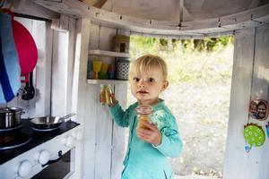 Tvååriga Bella Brolin älskar att leka i sitt