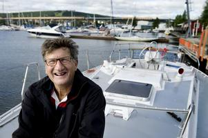 Göran Bylund är lättad, båten är äntligen i sjön. Flyter gör den också. Nu väntar en hel del jobb innan jungfruturen.