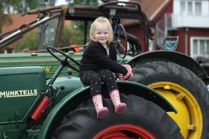 Signe Forsberg tycker om att sitta i morfar Mikael Hedbergs traktor.