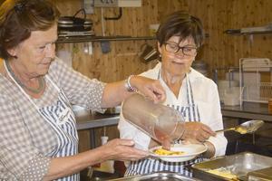 I ostkakelogen serverade Barbro Olsson och Karin Blomberg passande nog ostkaka.