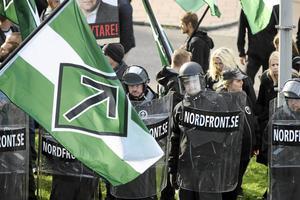 Nazisternas symboler, som här den så kallade tyrrunan på Nordiska motståndsrörelsens flaggor, bör granskas juridiskt.