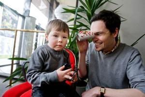 """Klimatexperten Andreas Gyllenhammar var självklart på plats med sin son Ingmar, 5 år. """"En sådan här dag behövs verkligen, det är jättekul"""", säger han. Ingmar visar sin snygga kikare som har gjort av toarullar och kapsyler. """"Jag har klistrat rönnbär på den"""", säger han."""