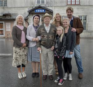 Långhuset som ligger mellan gamla E 14 och Ljungan i Viskan mellan Ånge och Sundsvall inspirerade John Olsson till släktdramat