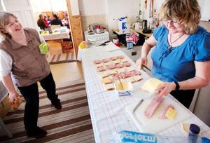 Medlemmarna i bygdeföreningen turas om att stå i kassan och att baka. Alla jobbar ideellt och i dag är det Majlis Ek och Yvonne Bergman som huserar i köket.