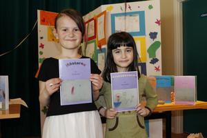 """Era Berisha och Rawan Salam från förskoleklassen vid Långsjöskolan kan nu stoltsera med att vara författare vid sex års ålder. Era Berisha har skrivit """"Hästarna"""" och Rawan Salam """"Prinsessorna."""""""