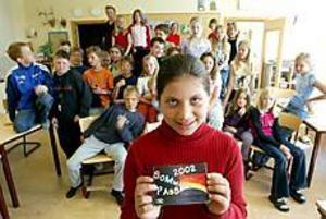 Foto: LASSE HALVARSSONVinnare. Nadja Özel i Jernvallsskolans fyra tog hem priset i Kultur och Fritids årliga teckningstävling. Hennes regnbåge pryder omslaget till årets sommarpass.