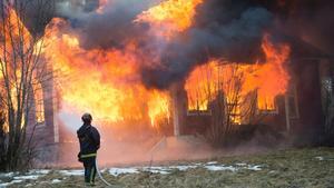"""Bättre skydd. """"Varje vecka brinner en pensionär inne i sitt eget hem. Med ett individanpassat brandskydd skulle färre äldre omkomma"""", skriver debattören."""