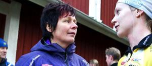 Leksingen Anneli Östberg, här tillsammans med en orienterare, prisas för sina insatser som förbundskapten för svenska orienteringslaget.