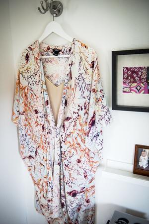 I klädkammaren hänger Lindas favoritplagg på galgar.