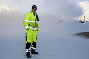 Pär Kröjs från kommunen håller koll på snökanonerna dagtid på vardagar.