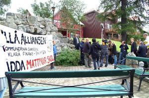 Mattmarföräldrar har kämpat för skolans överlevnad förr och i fredags lyckades de till och med hamna i EU-ministrarnas blickfång med sin banderoll. Det lär dock knappast räcka den här gången. Politikerna tycks stå enade bakom förslaget att lägga ner skolan.  Foto: Elisabet Rydell-Janson