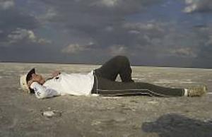 Ulrika pustar ut under en Y-Care Walk i Kalahari öknen. Vandringarna ingår i välgörenhetsarbetet och innebär att man måste gå fem mil om dagen i tre dagar.
