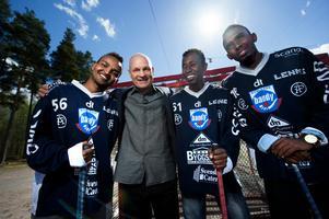 Den nye förbundskapten i Somalias bandylandslag Per Fosshaug var i Borlänge under måndagen och träffade några av spelarna som ska representera landet. Här flankeras han av från vänster Khalid Mohamed, Zaki Caamir Ali och Mohamed Abdi.
