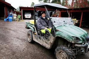 VATTNAR FÅREN. Sex stora kaggar med vatten ska Andreas Boström och Jonathan Holst transportera till fåren.