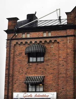 Gävle  Dagen efter ovädret vek sig en flaggstång på ett hus på Norra Skeppsbron. Brandkåren åkte till platsen. Men eftersom flaggstången, enligt bedömningen, inte skulle kunna rasa ner och träffa någon i huvudet överlät man till fastighetsägaren att ta bort eller reparera den.