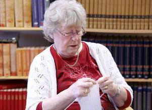 Berit Eriksen är en av deltagarna i gruppen som samlas för att sticka och virka.
