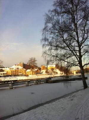 Vy från östra kanalstranden in mot Södertäljes centrala delar.
