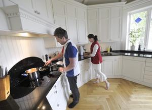 Annica och Lars-Åke Vissberger har eftersträvat att köket ska se ut som ett sekelskifteskök utan att ge avkall på allt som behövs i ett modernt hem.