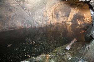 Ismassorna som bildades i vintras i de vattenfyllda gruvhålen ligger kvar långt in i augusti.