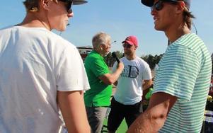 Hans G Lindskog (i grön tröja) skötte intervjuerna i vinnarcirkeln. Foto: Eric Salomonsson
