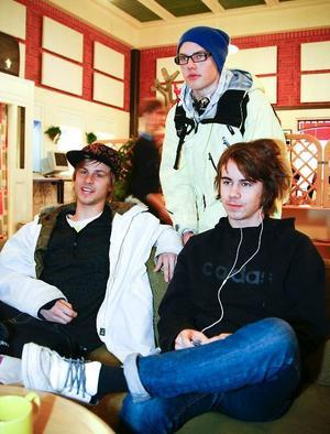 Från vänster Henrik Persson, Henrik Andersson och Mattias Häggkvist, tycker alla att universiteten och högskolorna borde bli bättre på att lockande presentera sina utbildningsprogram.