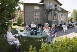 VÄNTADE FÖRGÄVES. Medlemmar i RSMH väntade i går förgäves på att sex inbjudna politiker skulle komma till huset på Björkgatan och förklara hur de resonerar inför tvångsflytten. Men politikerna kom aldrig. Bara en av dem brydde sig om att lämna återbud. Fr v: Anita Kjerrman, Christina Öberg, Thedde Runnbeck, Tony Sjöberg, Christer Westerberg, Agneta Forsström och Bo Persson.