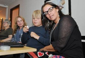 Det blev en lång kväll för Anna-Caren Sätherberg och 9-åriga sonen Simon på Socialdemokraternas valvaka i Järpen och när det äntligen var över var läget i kommunen fullständigt oklart. Sätherberg vill i nuläget inte spekulera i vem som tar makten, det viktiga är att det blir ett starkt majoritetsstyre, säger hon.