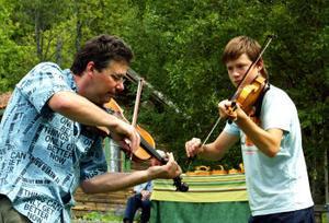Far och son spelar tillsammans. Per Jernberg och Andreas Jernberg från Parteboda, Ånge, tillhör en släkt med många spelemän.