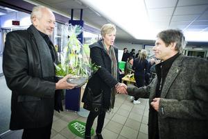 Kommunalråden Lennart Olsson och Eva Tjernström lyckönskar Eskil Hammarström med blommor innan det är dags att klippa band