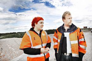 Marika Nordin, miljöcontroller och Patrik Nilsson, driftledare på Sita visade i går upp området med de helgjutna betongdiken, som vid undantagsfall används för att förvara slamavfall.
