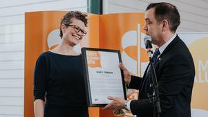 Årets Alumn Marie Stenman fick diplomet som bekräftar utmärkelsen av MDH:s rektor Paul Pettersson.