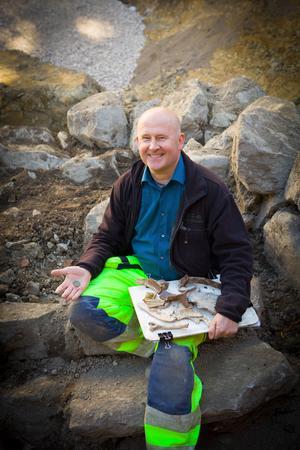 Arkeolog Jonas Ros vid utgrävningen.