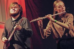 Elgitarr och tvärflöjt är en klassisk kombination. Folk trängdes för att lyssna på Falubandet Irrbloss. Foto: Lennart Cromnow