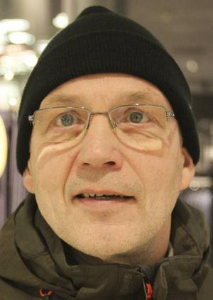 Dennis Holgersson:– Min är enklaste tänkbara. Telefon ska vara telefon och jag kommer aldrig att skaffa en smart mobil. Dator kan jag ha hemma.